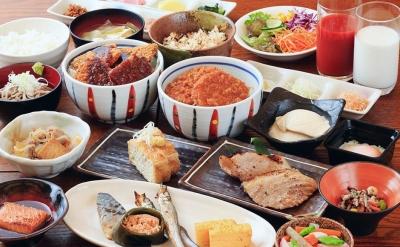 地元の旬な食材を使用した一品料理や、新潟の郷土料理など、あたたかみのあるメニューを提供しています。