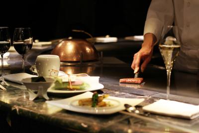 国際色ゆたかな六本木にある、寿司店、鉄板焼店、バーラウンジが融合したレストランで、焼手としてご活躍を