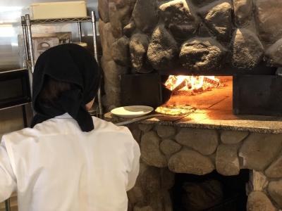 薪窯で焼き上げる本格ピッツァは、生地から手づくり!