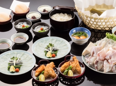 薄造りや唐揚げなど、ふぐ料理のコースをご提供。