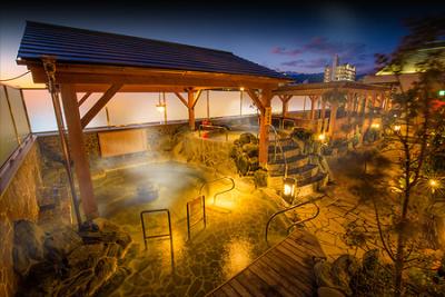 13種類の多彩なお風呂から天然温泉、サウナ、岩風呂などを完備。終業後無料で入浴もできます。