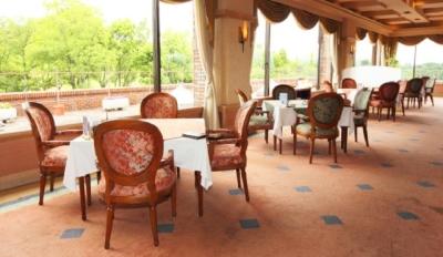訪れるお客様は、ゴルフを楽しむ方のみ◎温かい光が差し込み開放感あふれるレストランです。