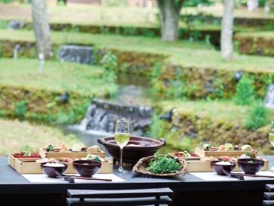 川魚やジビエ、季節の野菜などを織り交ぜ、「山の懐石料理」としてお楽しみいただいています。