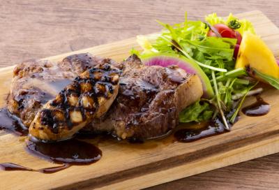 ディナーでは厳選食材を使ったコース料理が中心。