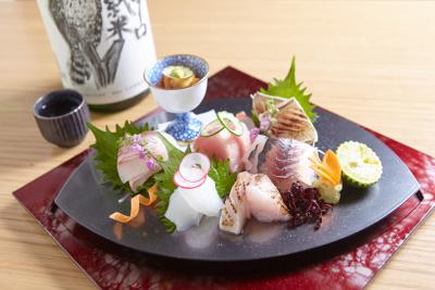 旬の食材をそのまま使用した和食のほか、洋食のテイストをプラスした創作和食を提供しています。