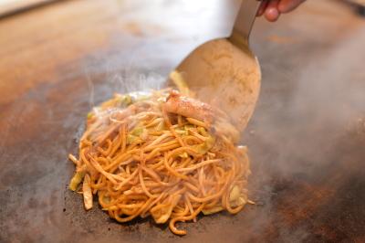 国産小麦100%の自家製たまご麺・4種類の特製ソースなど、こだわりが詰まった焼きそば専門店です。