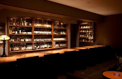 500種類以上のお酒が並ぶ、シックな雰囲気のバーラウンジ。