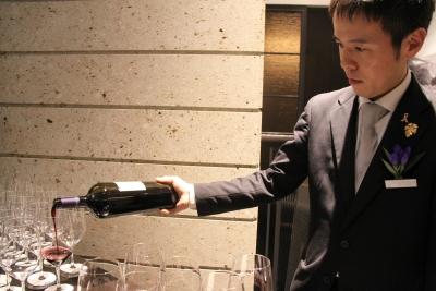 私たちと一緒に一流のサービスでお客さまに満足していただきましょう!ワインの知識も身につきます◎