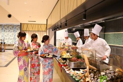 幅広い料理を学べるだけでなく、ライブキッチンでお客様を目で楽しませるスキルもみがけます◎