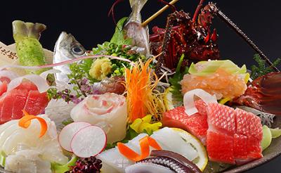 自分たちの網と船でその日に使う魚を獲っています。新鮮な食材の良さを引き出したメニューを生み出そう!
