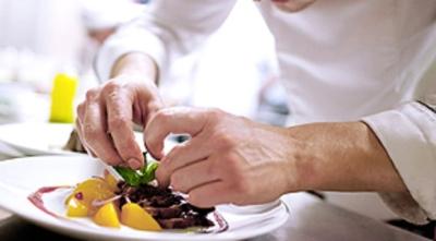 創業50年以上の老舗給食会社。多彩なメニューを開発しながら、食の総合プロデュースを行なっています。