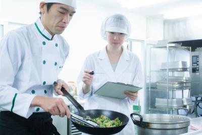 安全・安心な食事をつくるため、栄養士さんと協力して調理しています。