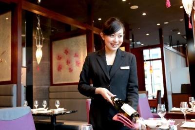 ラグジュアリークラスならではの高いサービススキルが身につきます。ワインなど、お酒についても学べます。