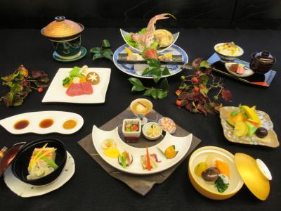 相模湾の魚介類、旬の食材をふんだんに使用したコース料理を提供。
