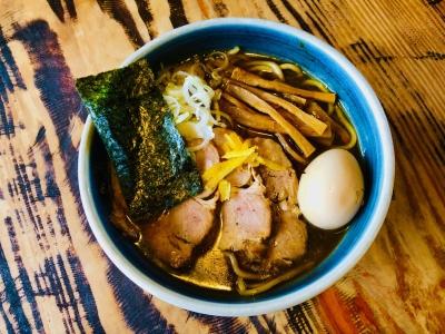 「中華そば 蛍」オススメの味玉焼豚そば。太めの麺に絡む濃厚な魚介のスープが人気の逸品です。