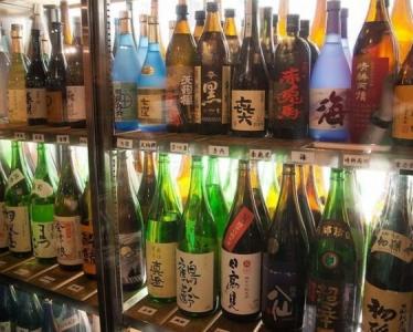 全国各地より、厳選して仕入れたお酒が並ぶ店内。自然と知識が身に付きます