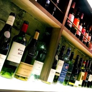 気軽に楽しめるがぶ飲みワインを、390円~ご提供!店内にずらりと並ぶワインたち。