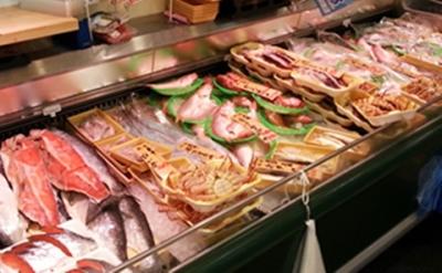 """新鮮な魚介類を通して、みなさまの食を""""豊か""""に。あなたの包丁技を活かしてご活躍ください。"""