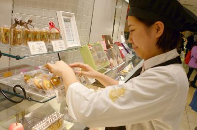 創業90年の、老舗洋菓子店本店や新宿の百貨店内のお店で、ホールスタッフ募集!