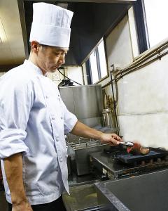 厳選した和牛を提供するステーキレストラン「三田屋本店 やすらぎの郷」。未経験の方も歓迎です。