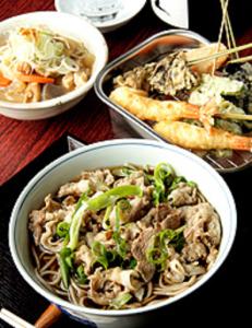 もつ煮込みのほ季節の素材を天ぷらにした「串天」をはじめ、お酒が進む一品料理を多数取り揃えています