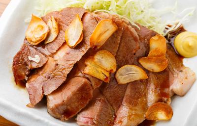 低温調理のやわらかな豚肉を、秘伝の特製ソースで味わう大人気メニューの「ヨカトン」