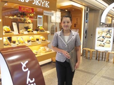 とんかつKYKデュオ神戸店店長・佐藤すみれさん。変化のある毎日、女性が活躍できる場所を楽しんでいます