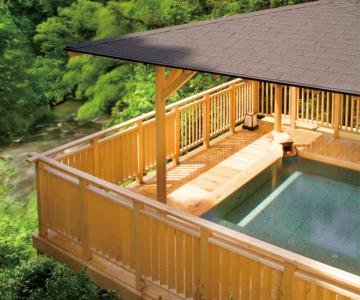 山中温泉の湯宿として風光明媚な自然のなかで、ゆったりとくつろいでいただけるおもてなししております。