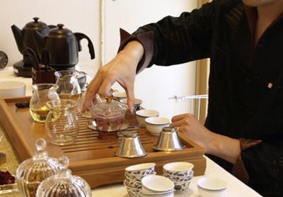 新宿駅すぐ!デパート内にある中国茶専門店でホールスタッフを募集します!