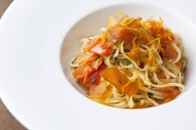 地元の新鮮な料理を食材を使った地中海料理を提供しています