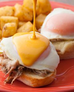 お肉料理、エッグベネディクトやオムレツなどの卵料理、ロコモコやパンケーキの調理をおまかせします