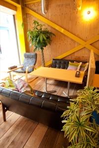 木の温もりを感じられるような心地よい空間が広がるカフェで未来の店長を募集!