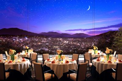 長野市街地を一望できるレストランで、フレンチコースやウエディング料理の調理をご担当ください。