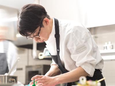 東京やフランスの星付きレストランで腕をみがいたシェフのもと、フレンチの調理を学びませんか?
