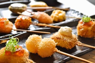 """""""お出汁で食べる串かつ""""というオリジナリティあふれるユニークなコンセプトで展開。"""