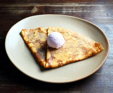 小麦粉の甘いデザートクレープも提供しており、ランチからディナーまで幅広くご利用いただいています。