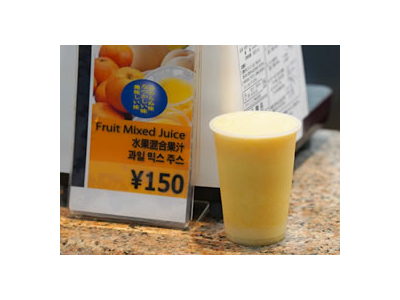 みかんの酸味と黄桃の甘みが絶妙な、ミックスジュース。