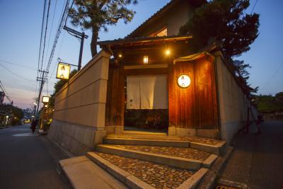 老舗旅館や有名店などがある祇園八坂通りに立地。