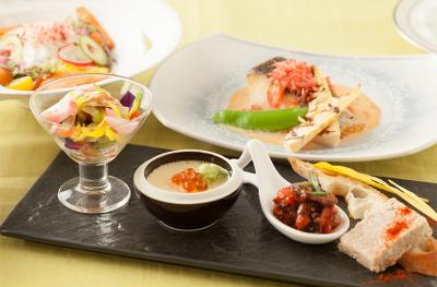 洋食部門は、ホット系3人、コールド系3人、調理長1人で運営しています。