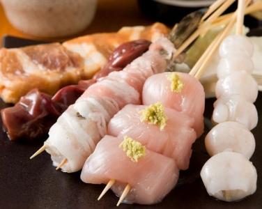 「あほう鳥」では、焼き鳥のほか「馬刺」「もつ鍋」「旬の刺身」と、九州各地の旨いモンが勢ぞろい!