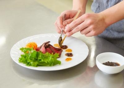 調理の世界を目指す生徒たちに調理のノウハウをレクチャー!お休みもしっかり取れる環境です◎