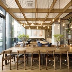 広々とした天井と大きな窓の解放感あふれる空間が自慢のカフェ&ダイニング。