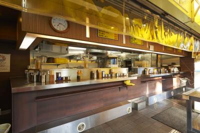 1階は昔ながらの立ち食いスタイル、2階は座れるカウンター席、3階にはテーブル席を完備しています。