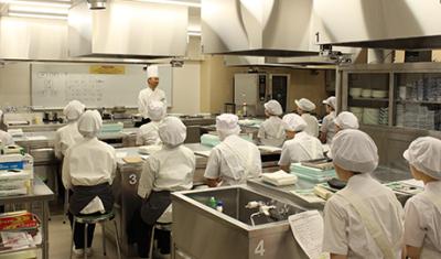 社立調理学校制度による充実したカリキュラムあり。基礎研修から管理職研修まで、教育制度が充実しています