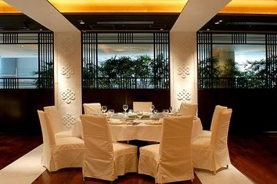 格調高い雰囲気で、心づくしのお料理とサービスを提供。重厚感溢れる空間づくりにもこだわっています。