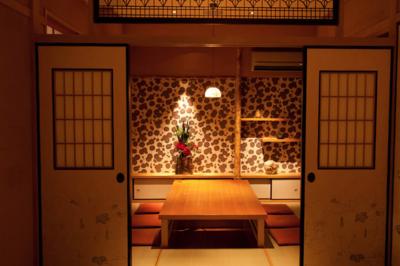 多田駅から徒歩4分の立地。川西にある老舗日本料理店です。