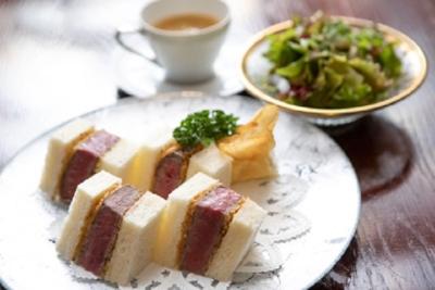 ランチでは、銀座に志かわ生食パンとフィレ肉のカツサンド等を提供しています