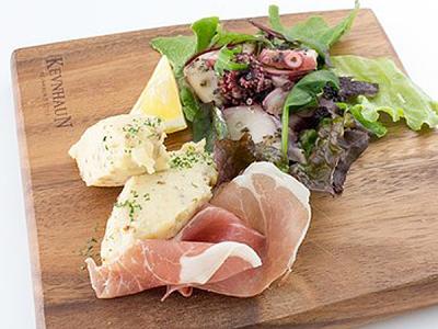 牡蠣の他にもシーフードをメインにした、さまざまな料理とお酒をご提供します