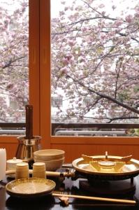 春には窓から目黒川沿いの桜が眺められる好立地!季節を感じながら、メニュー開発にも関われます。