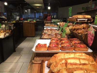 ハード系から惣菜パンまで、40~50種類のレギュラー商品に加え、日替わりパンもご提供。